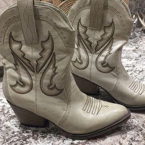 Mia.. Horseback boots 👢